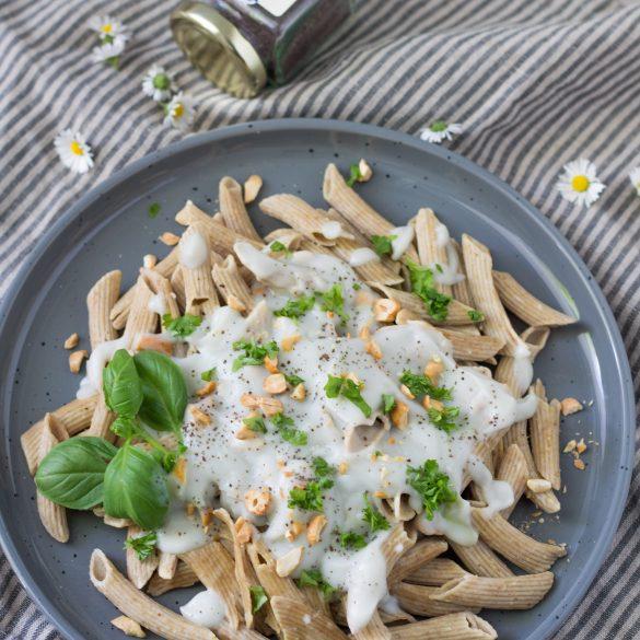 Vegane Carbonara-Sauce mit Kala Namak Vogelperspektive Gänseblümchen