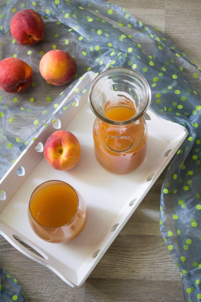 Selbstgemachter Pfirsich-Eistee auf Tablett