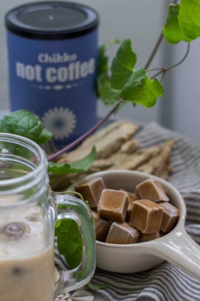 Koffeinfreier Eiskaffee mit Kaffeeeiswürfeln