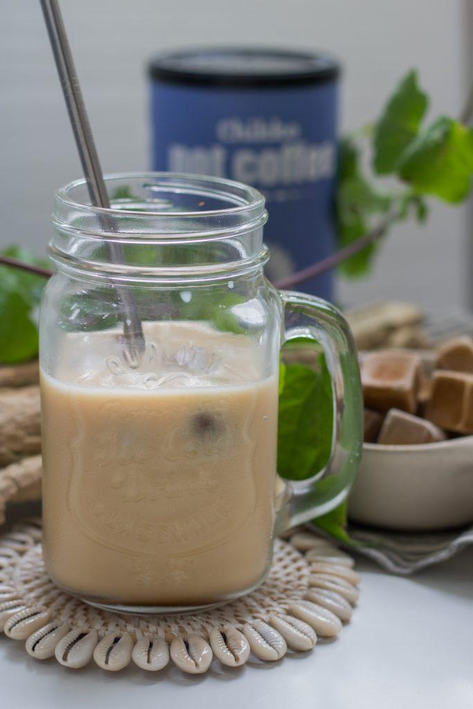 Koffeinfreier Eiskaffee im Glas mit Strahhalm