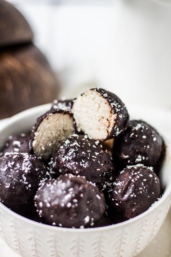 einfache vegane Schoko-Kokos-Kugeln
