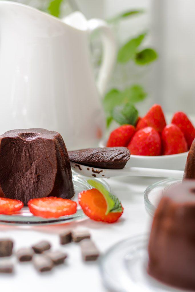 Vegane Schoko-Panna cotta mit Erdbeeren