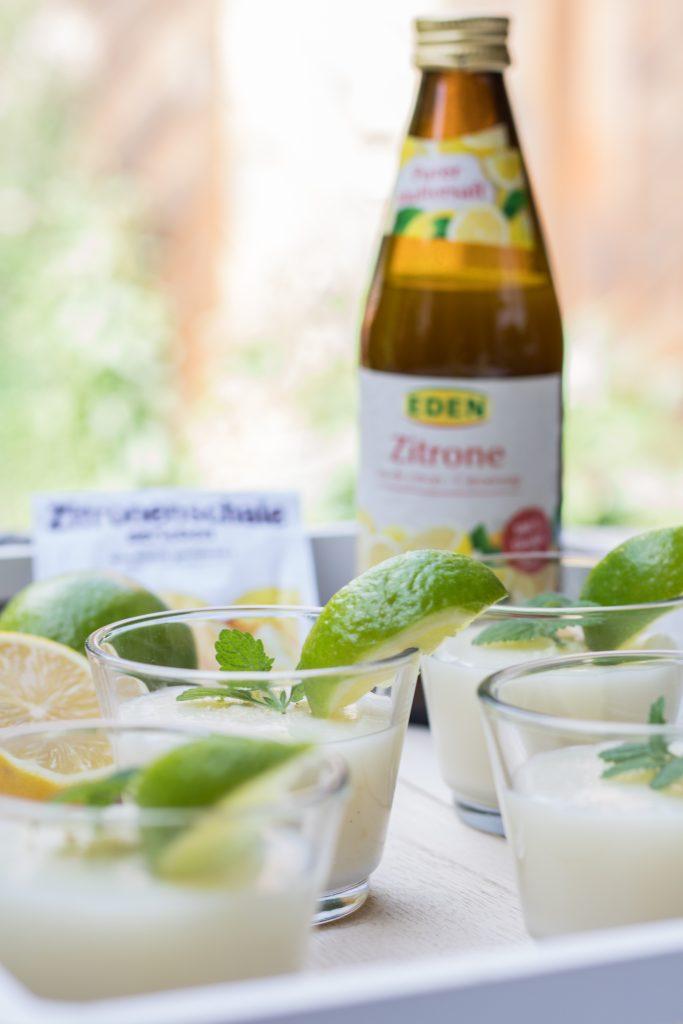 Veganer Zitronenpudding mit Zitronensaft in der Flasche