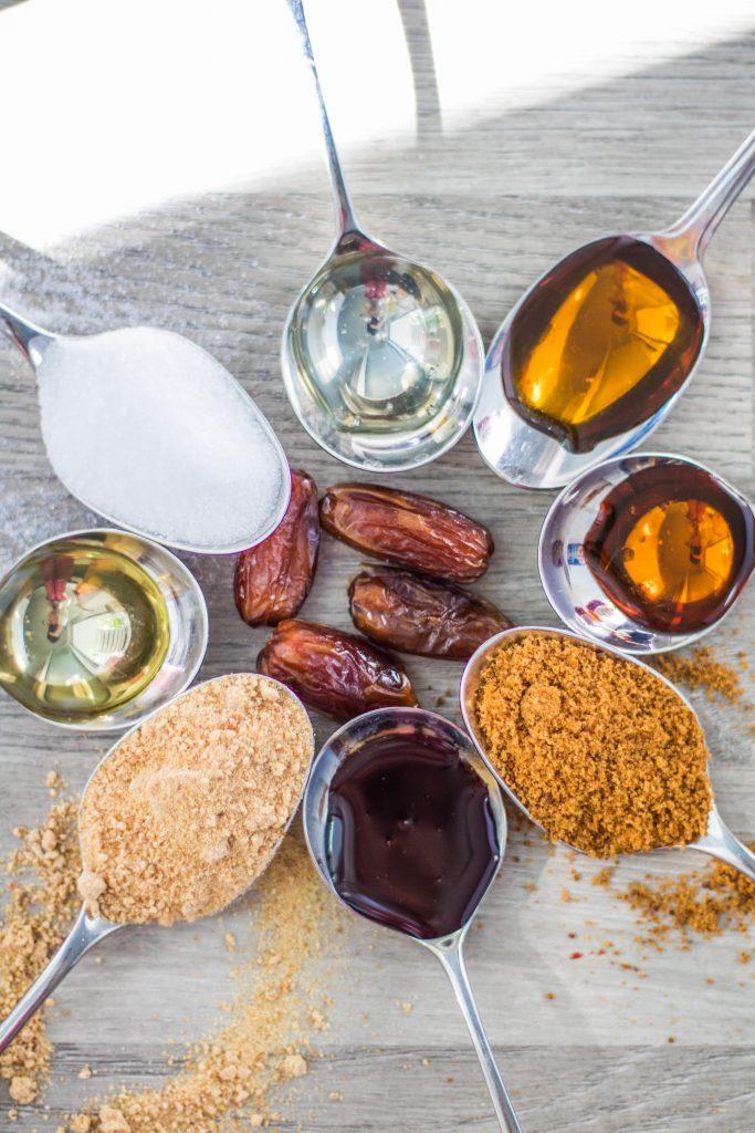 Alternative Süßungsmittel im Vergleich auf Löffeln