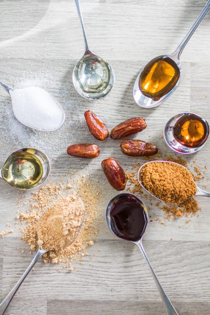 Alternative Süßungsmittel im Vergleich auf Löffeln. industriezuckerfrei
