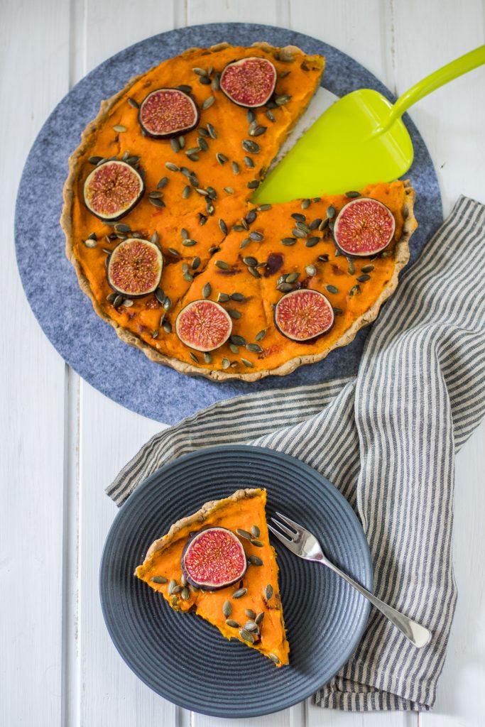 Glutenfreie und vegane Kürbis-Tarte mit grünem Tortenheber