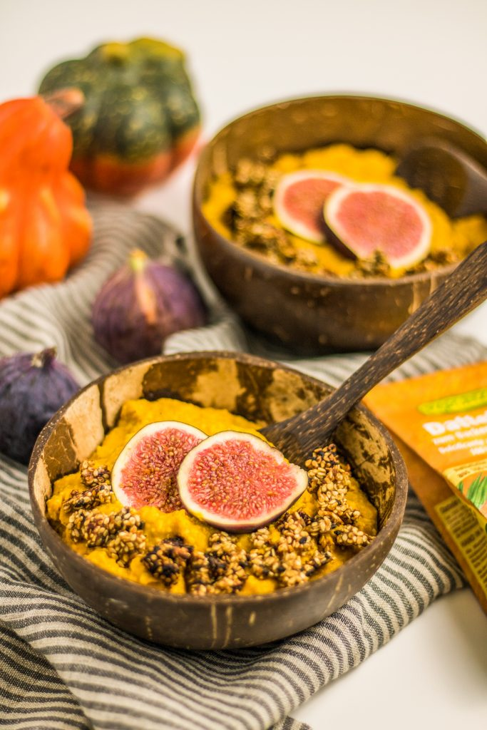 veganer cremiger Kürbis-Porridge mit Dattelsüße