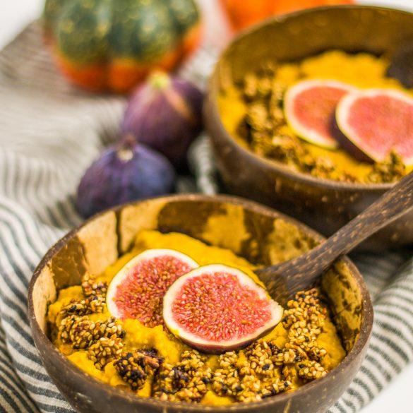 veganer cremiger Kürbis-Porridge mit Dattelsüße und Feigen