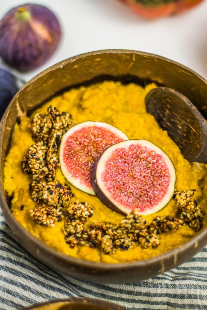 veganer cremiger Kürbis-Porridge mit Dattelsüße und Feigen und Sesamcrunch