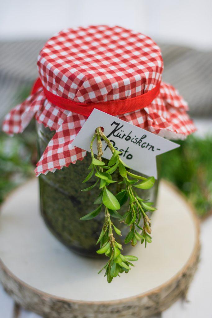 Veganes Kürbiskernpesto im Glas mit rot weißer Serviette