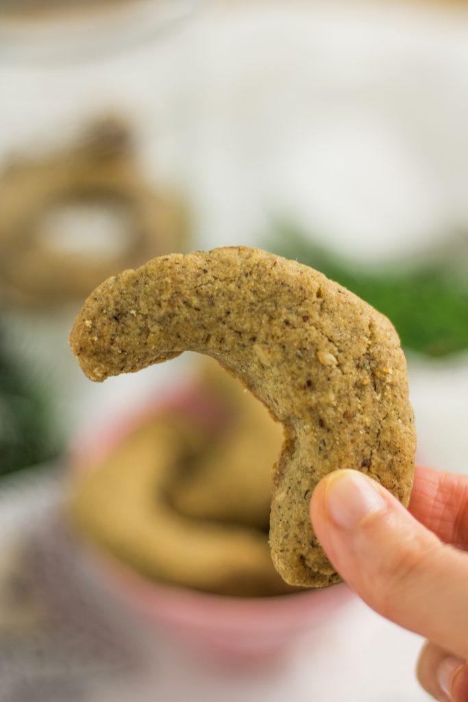 Veganer und glutenfreier Vanillekipferl in der Hand