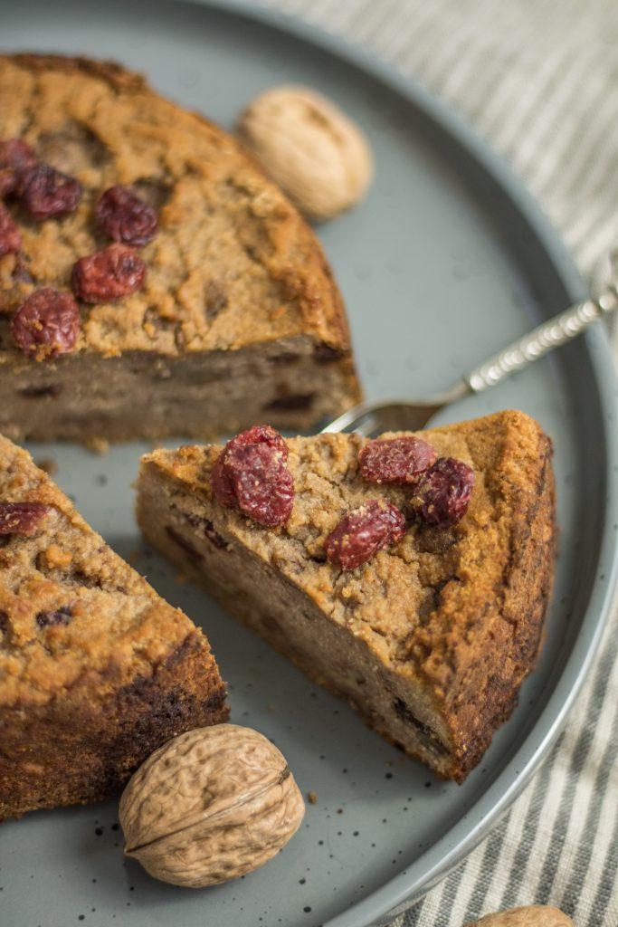 Cranberry-Walnuss-Kuchen Kuchenstück auf Teller