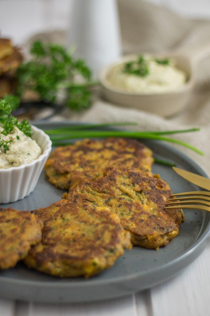 Knusprige vegane Mais-Bratlinge mit Cashew-Dip