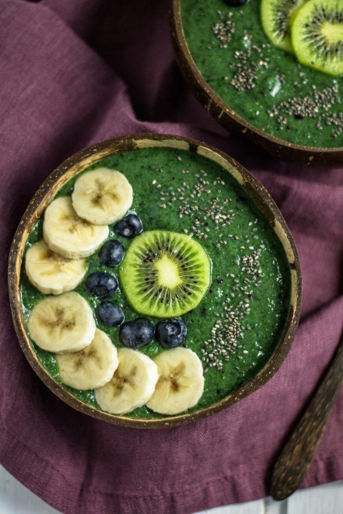 Smoothiebowl mit Spirulina und Chlorella mit Kiwi, Blaubeeren und Bananenscheiben