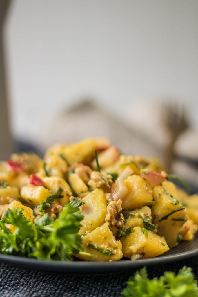 Veganer Kartoffelsalat mit Apfel und Radieschen, Nahaufnahme