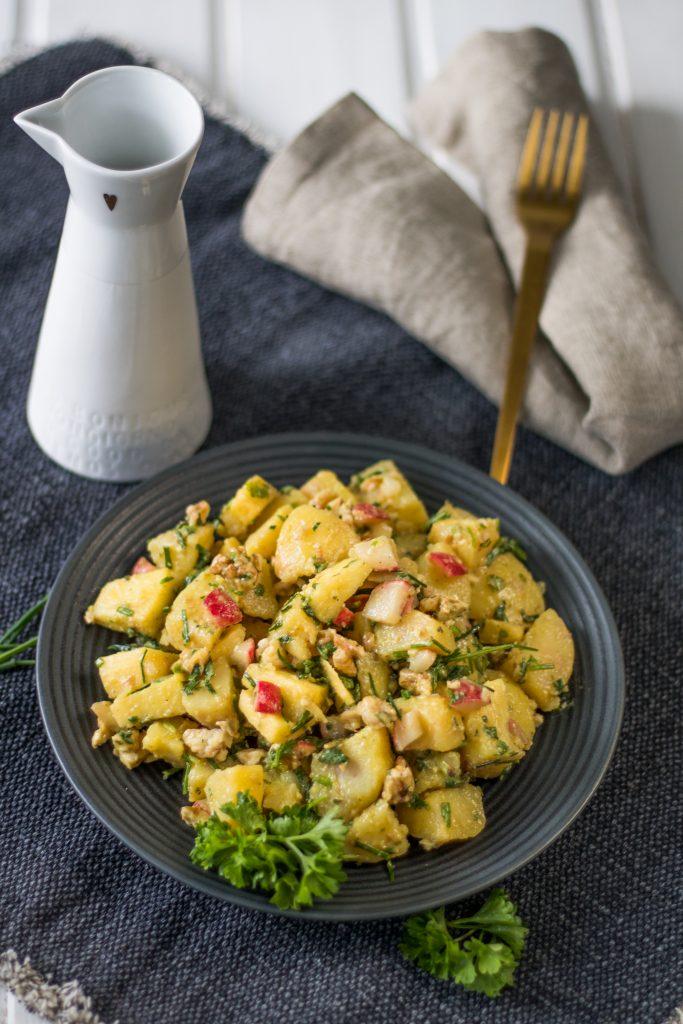 Veganer Kartoffelsalat mit Apfel, Radieschen und Walnuss