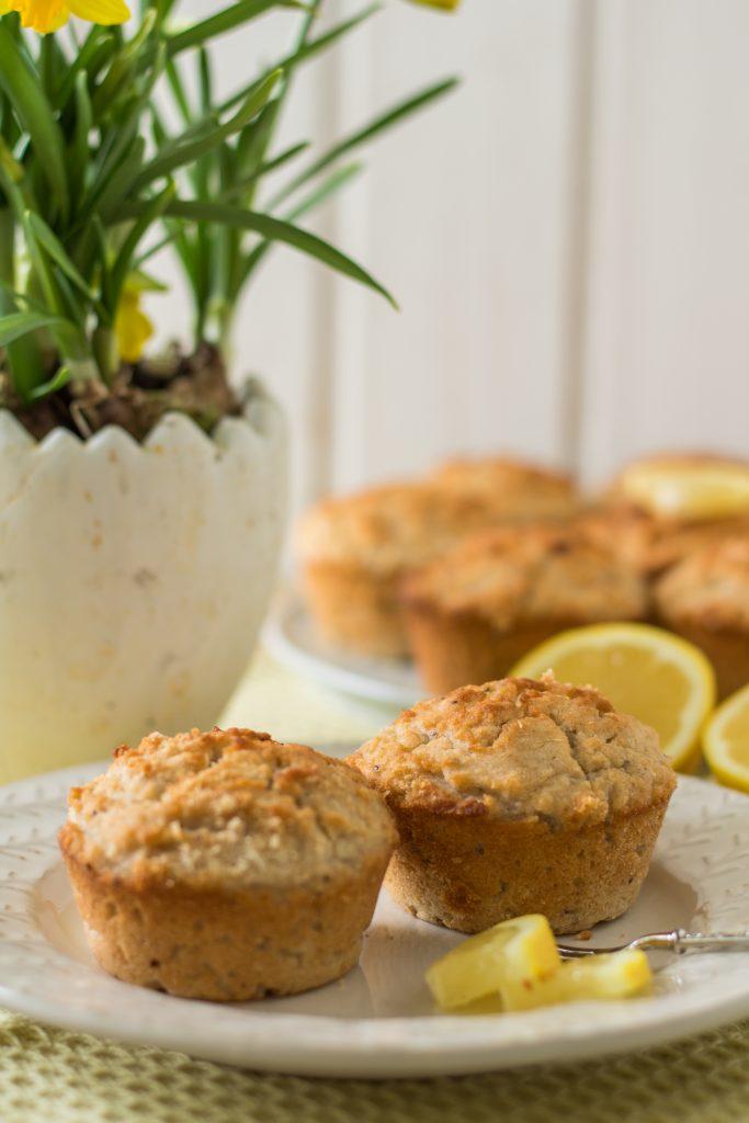 Glutenfreie und vegane Zitronen-Kokos-Muffins auf einem Teller