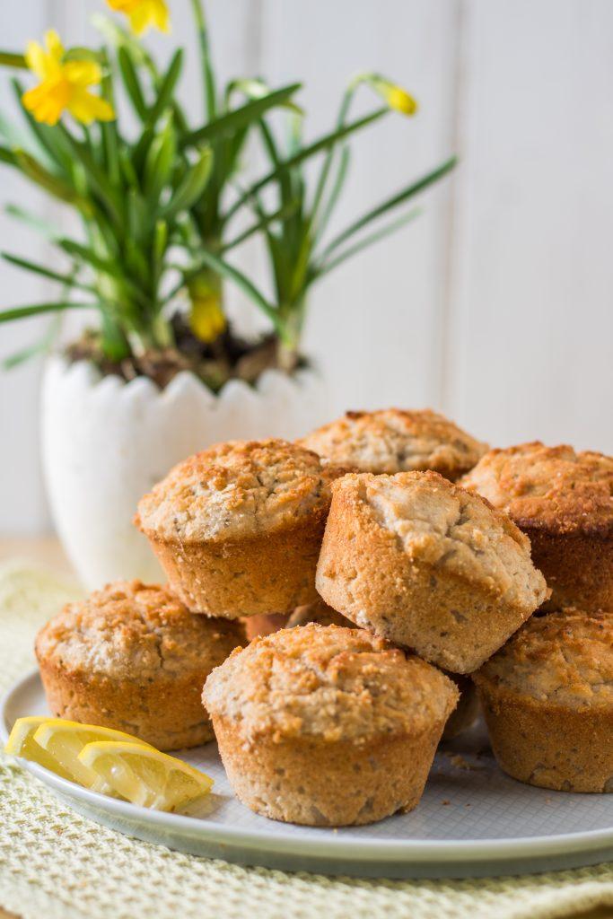 Glutenfreie und vegane Zitronen-Kokos-Muffins mit Narzissen
