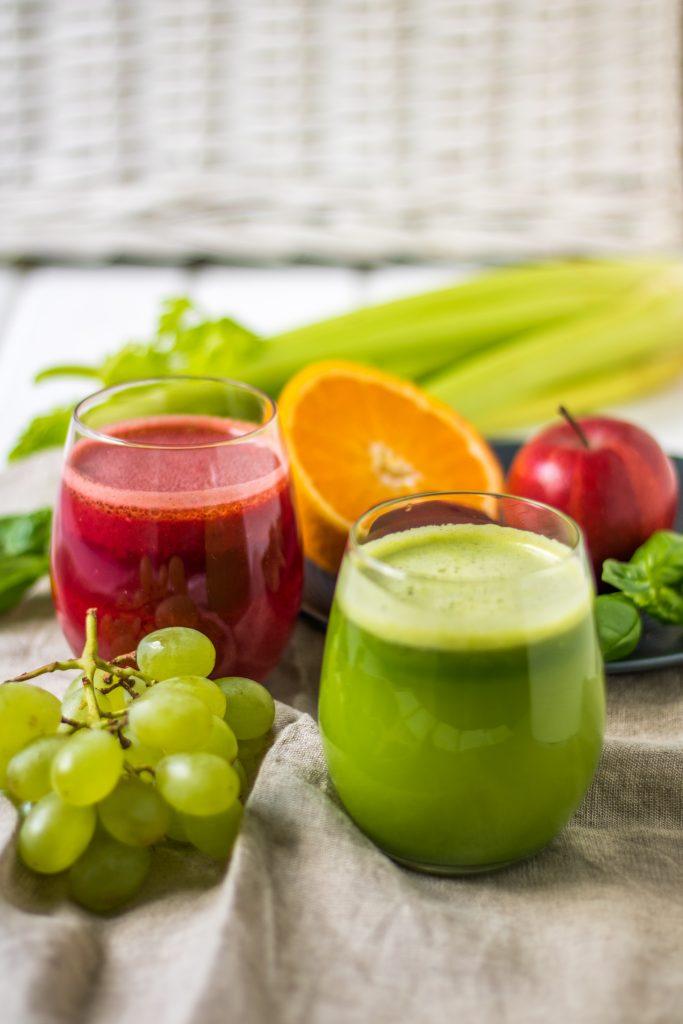 Entsafter-Rezepte roter und grüner Saft
