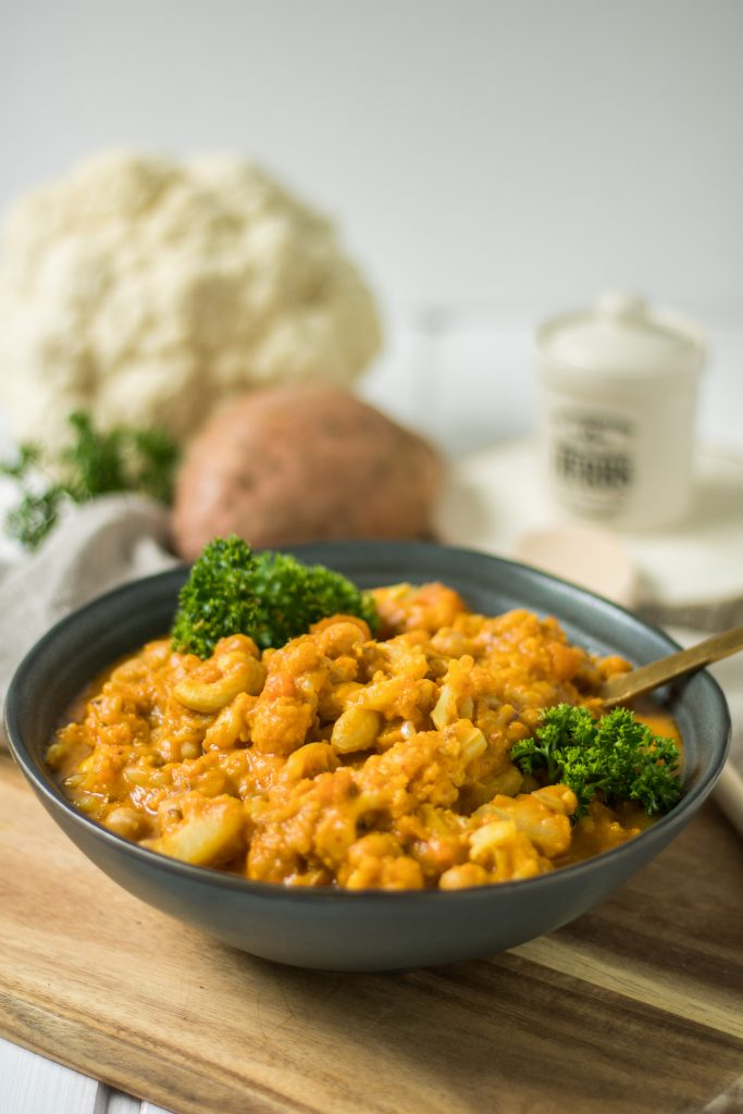 Veganes Blumenkohl-Kichererbsen-Curry mit Süßkartoffel