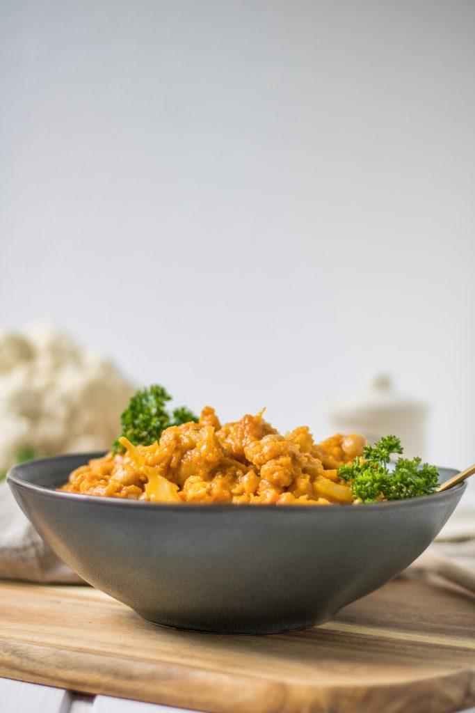 Veganes Blumenkohl-Kichererbsen-Curry mit Süßkartoffel frontal