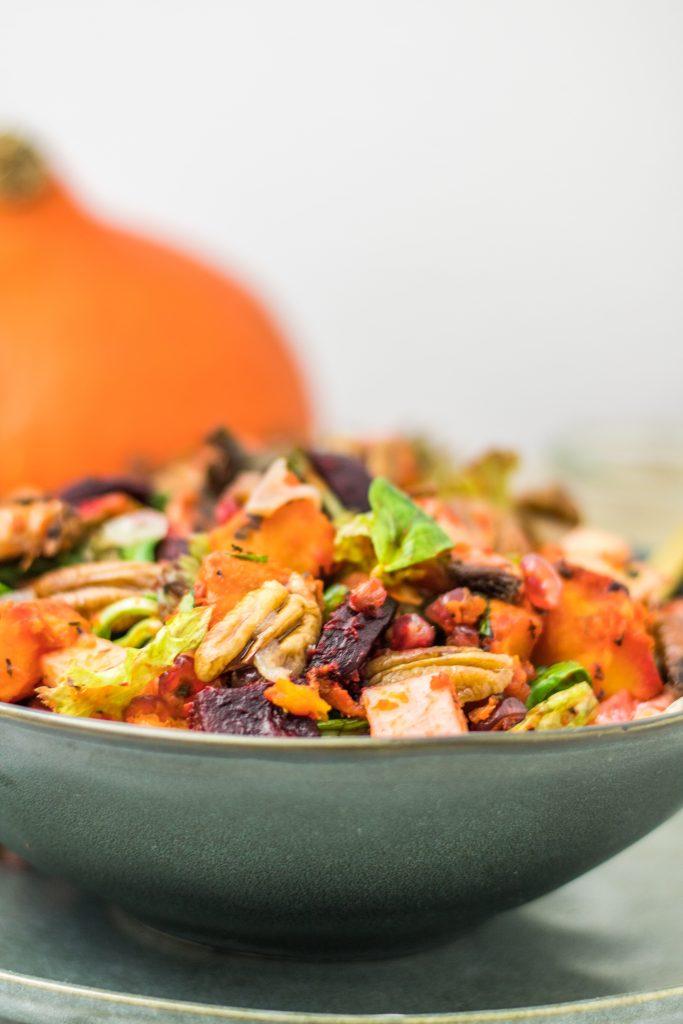 Herbstlicher Ofengemüse-Salat mit Kürbis von vorne