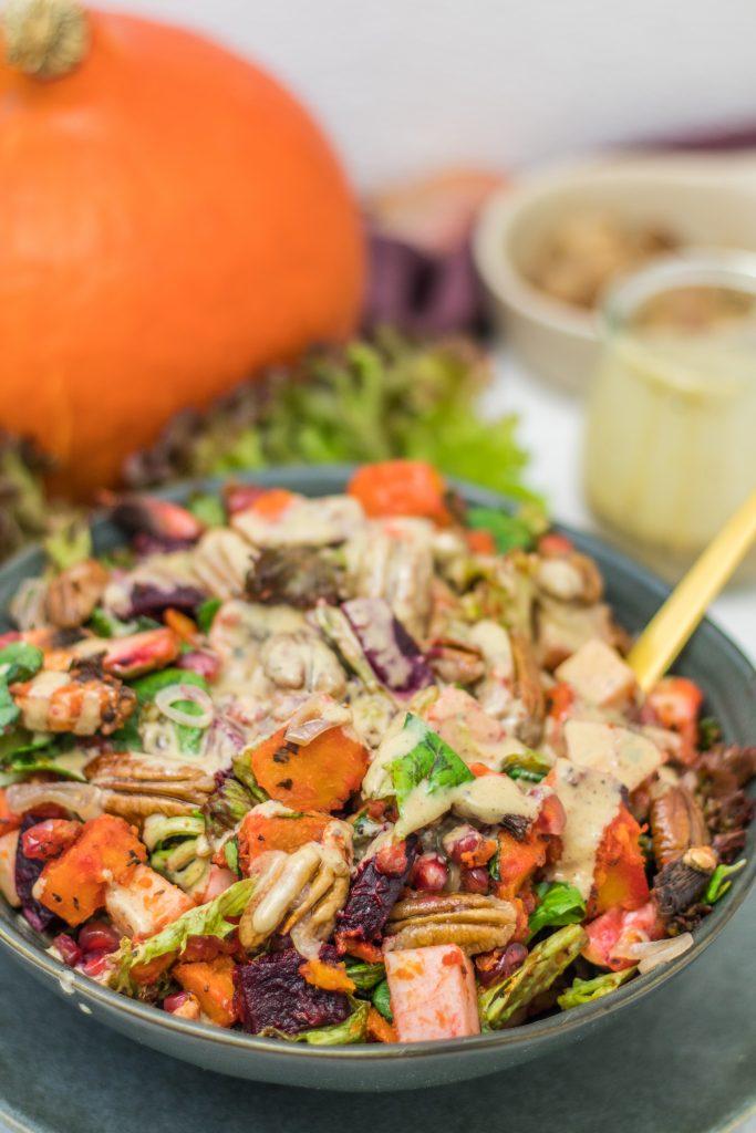 Bunter Ofengemüse-Salat mit Kürbis und Tahini-Dressing