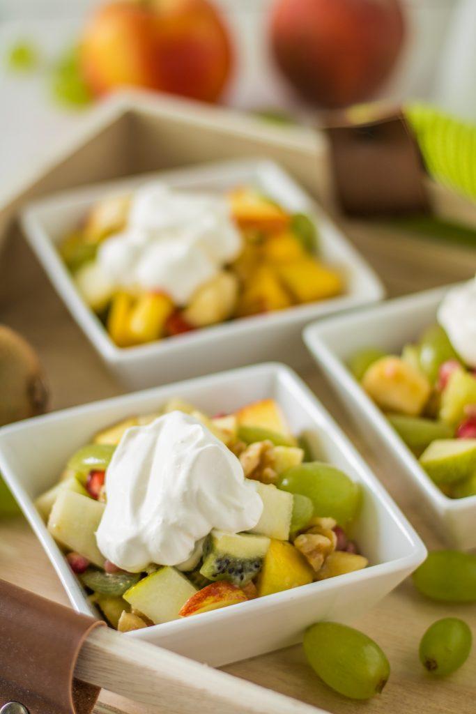 Bunter Obstsalat mit Ahornsirup-Zitronensaft-Dressing und veganer Schlagsahne