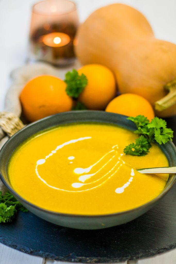 Vegane Butternut-Kürbissuppe mit Orangen